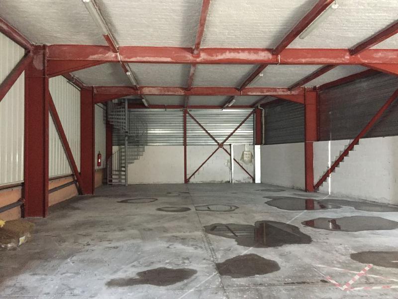 Entrepôt et bureaux avec stationnement privatif - Photo 1