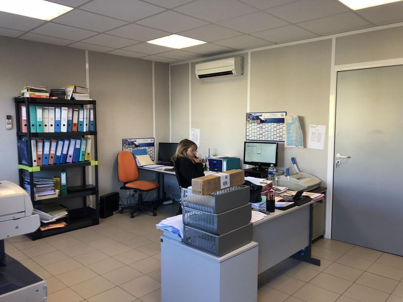 Velaux locaux d'activités bureaux et stockage avec parking - Photo 1