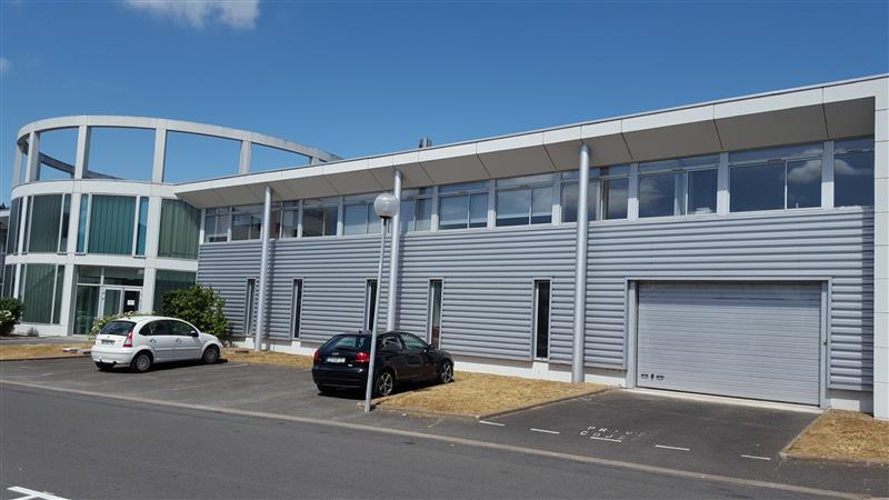 Immeuble de bureaux d'environ 1 214 m², climatisé et refait à neuf, à louer à vendre à proximité de Tours - Photo 1