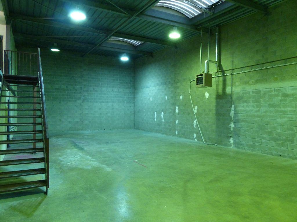 A louer Entrepôt + bureau à Alfortville 280 m2 - Photo 1