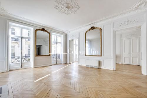 Au coeur du Triangle d'Or, dans un très bel immeuble Haussmannien - Photo 1