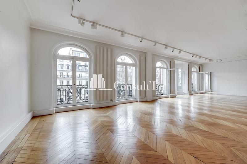 Place de la Madeleine, beaux bureaux d'activités câblés et climatisés avec parquet pointe de Hongrie - Photo 1