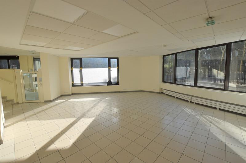 Dans un quartier dynamique, bureaux ERP ET PMR à vendre - Photo 1