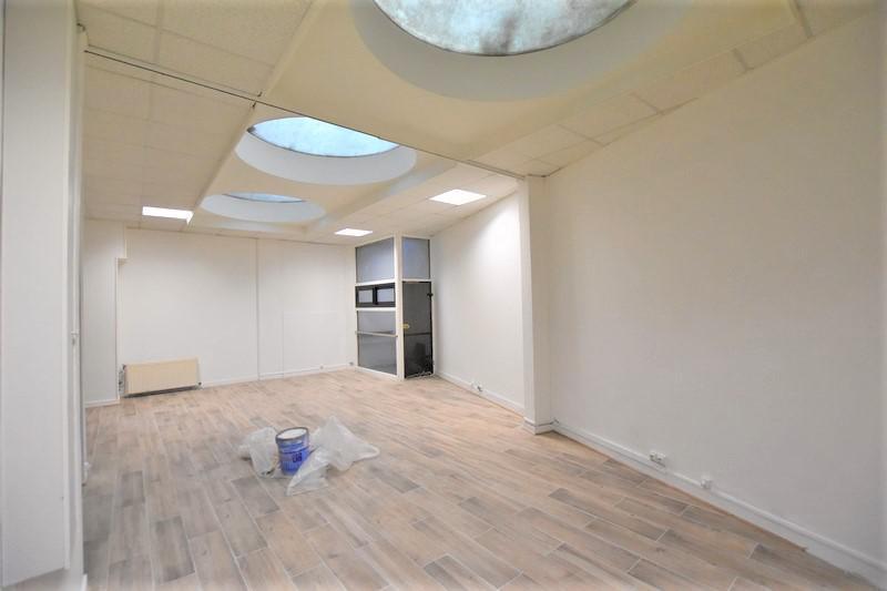 A deux pas du métro Porte de Champerret, bureaux câblés entièrement rénovés - Photo 1