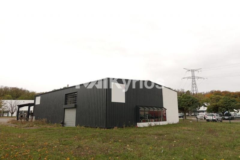 A LOUER Local d'activité de 582 m² sur terrain de 2500 m² à Toussieu - Photo 1