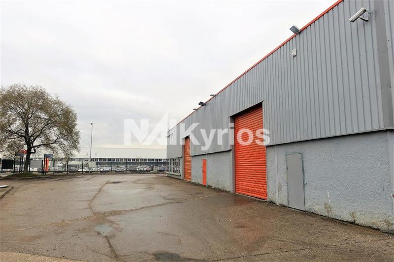 A LOUER - Bâtiment industriel rénové de 2 090 m² divisible à Chassieu - Photo 1
