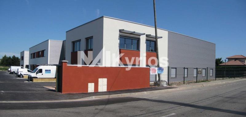 A LOUER local mixte en excellent état de 464 m² en façade de route à Décines - Photo 1