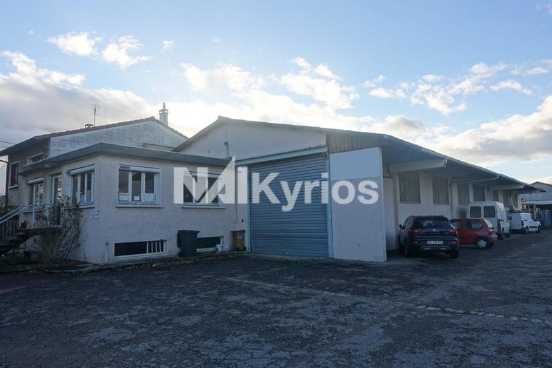 A LOUER Local d'activité de 625 m² avec une cour goudronnée de 975 m² à Décines - Photo 1