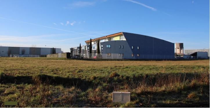 A LOUER - Locaux mixtes de 3 140 m² sur terrain clos de 5600 m² divisibles en 3 lots à Limonest - Photo 1