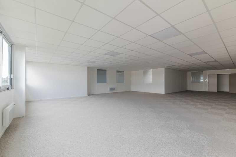 A LOUER, Bureaux/Entrepôt rénovés au c?ur zone commerciale - Photo 1
