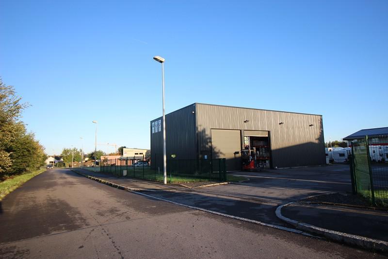 OPPORTUNITÉ, un local d'activité récent d'environ 210 m², indépendant, sur un terrain bitumé et clos - Photo 1