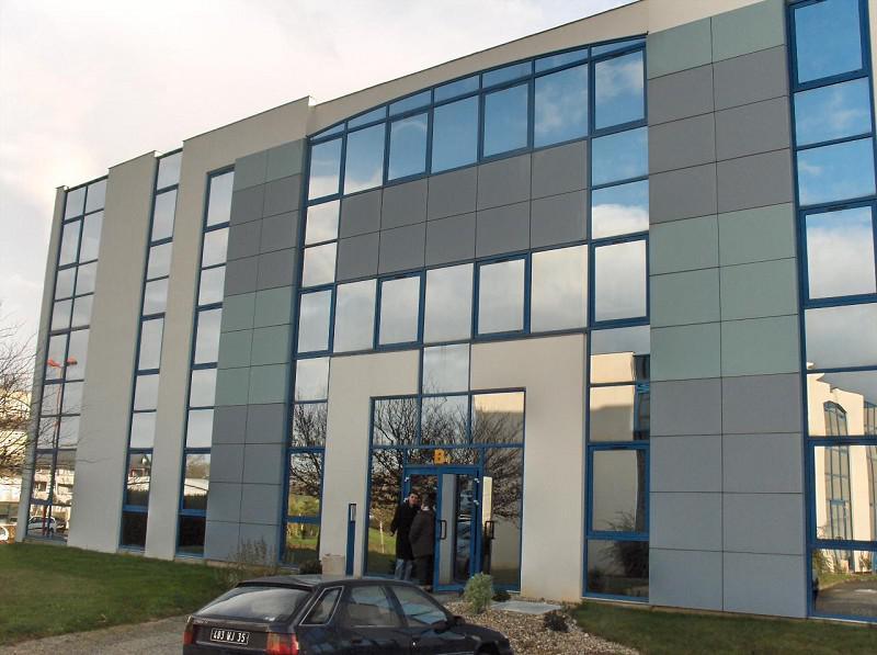 RENNES NORD - A proximité immédiate de l'axe Rennes - St Malo, au sein du centre d'affaires Espace Performance - Photo 1
