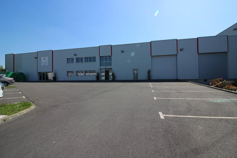RARE, à l'Ouest de Rennes, un local d'activités d'environ 1200 m², bureaux, stockage, QUAI - Photo 1