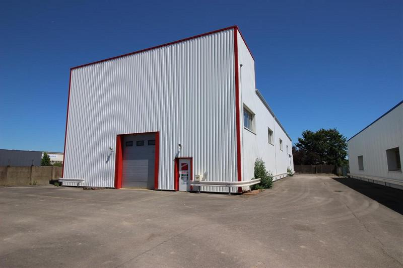 Au coeur de la Z.I. Lorient, un local d'activités d'environ 736 m² dont 170 m² de bureaux avec une très belle hauteur - Photo 1