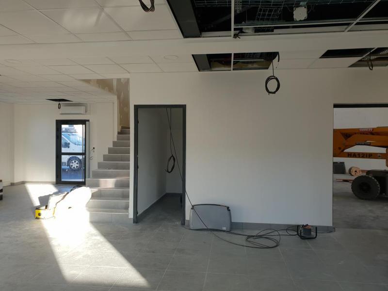 Décines, une cellule neuve d'activité et bureaux disponible à la location - Photo 1