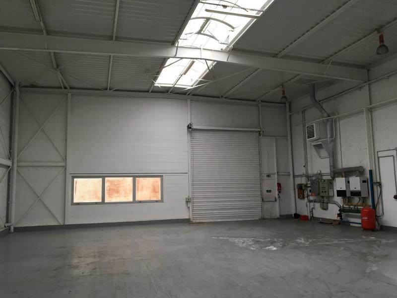 A louer batiment activité et bureaux de 720m² à Verrière le Buisson - Photo 1