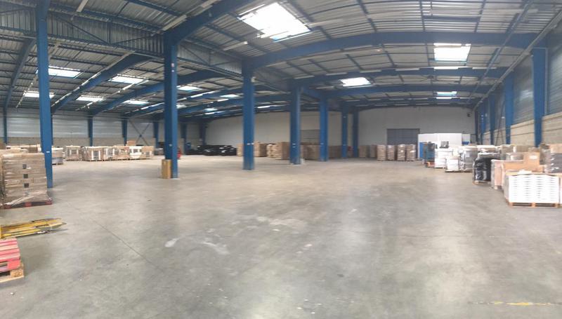 MAUREPAS PARIWEST, à vendre à louer bâtiment de 5400m² à usage d'entrepôt et 900m² de bureaux/showroom sur un terrain clos de 12 000 m² - Photo 1