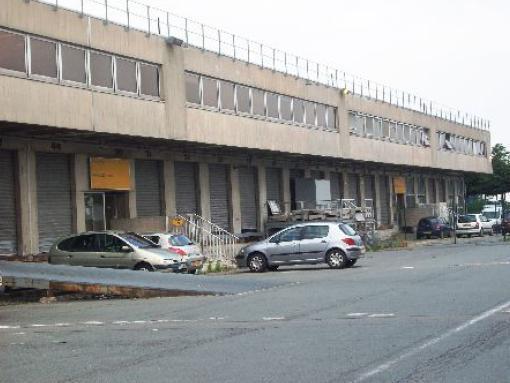 Entrepôt avec bureaux à louer sur la zone de fret - Photo 1