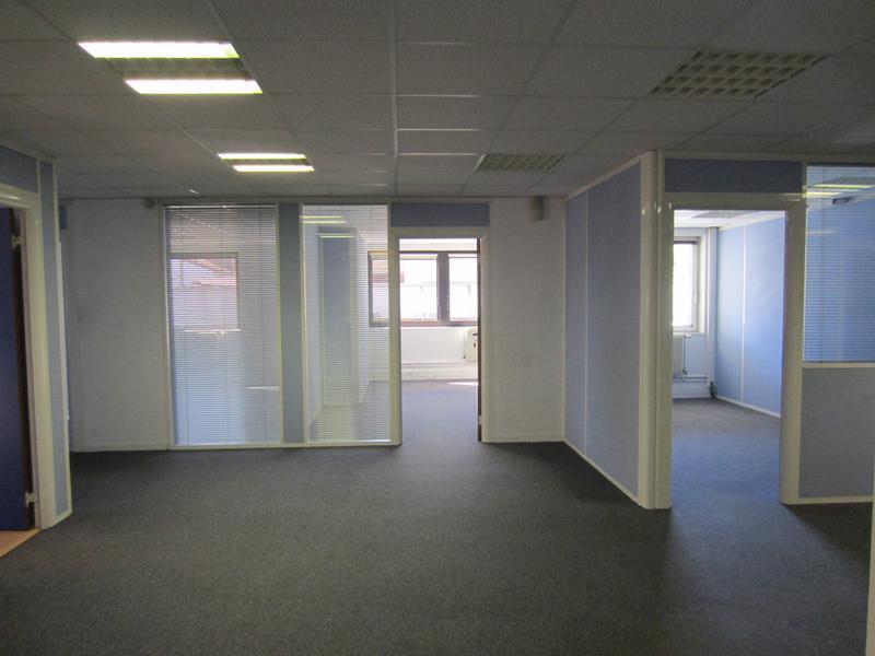 """Immeuble moderne Métro """"Croix de Chavaux"""" (L9) - Photo 1"""