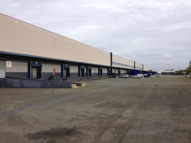 Entrepôt logistique en façade de l'A13 - Photo 1