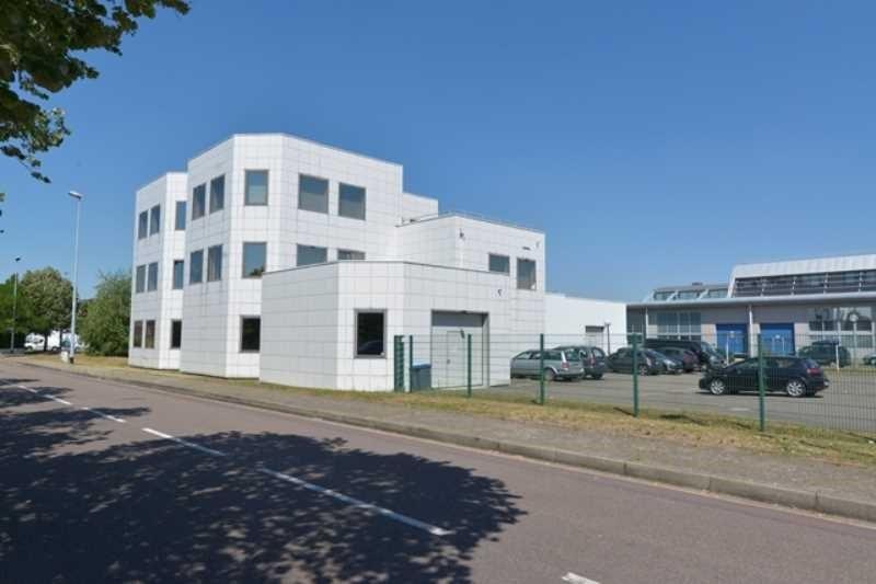 TECHNOPARC : A louer 2 surfaces : 45 m² de bureaux & 300 m² d'activités à Poissy - Photo 1