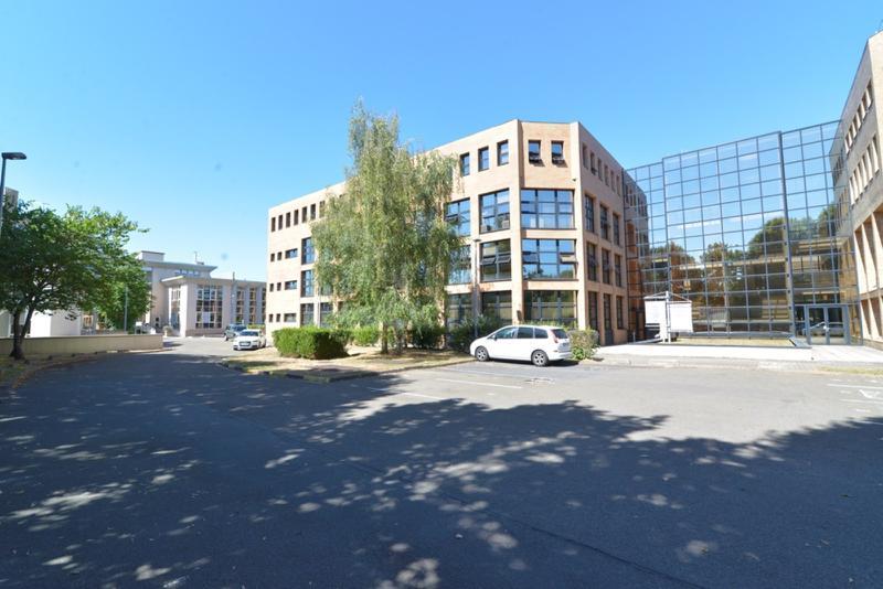 A louer de 17 à 230 m² de bureaux et 570 m² d'activités au Pecq - Photo 1