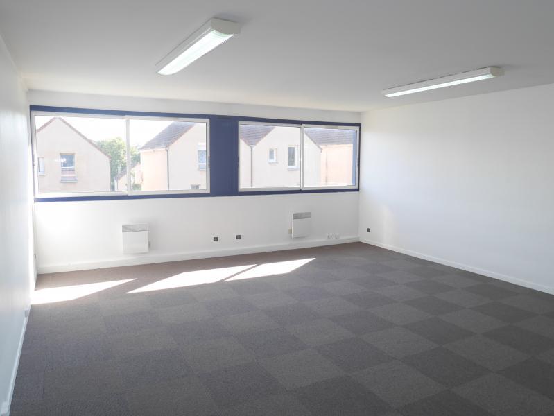CERGY - Surfaces de bureaux rénovées à proximité du RER - Photo 1