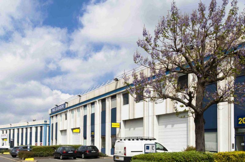 Locaux d'activités de 417m² et 200m² de bureaux à Gennevilliers