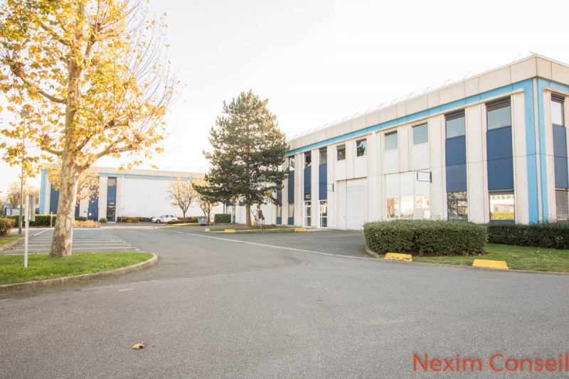 Locaux d'activité de 600m² et 80m² de bureaux à Gennevilliers