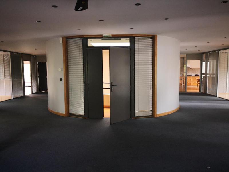Etage complet de bureaux dans une zone d'activités de standing - Photo 1