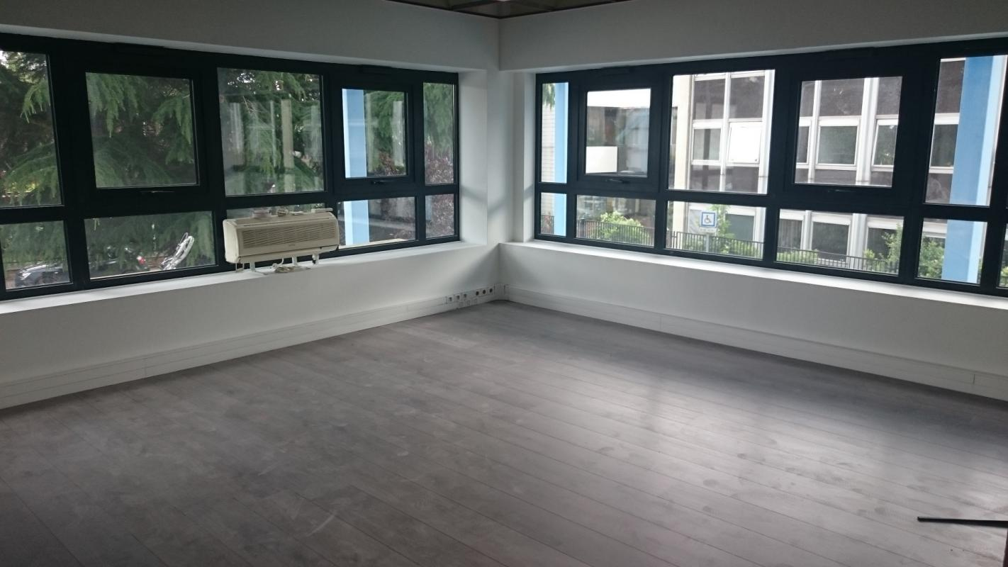 Ensemble de bureaux cloisonnés et rénovés, avec coin cuisine et sanitaires privatifs - Photo 1