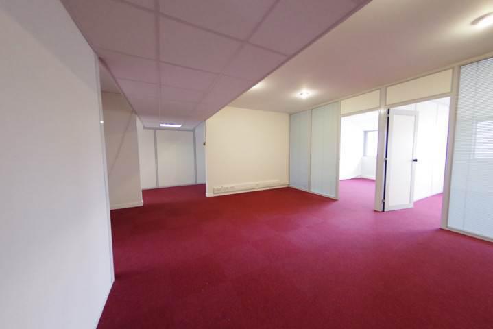 Á louer 160 m² de bureaux rénovés au sein d'un immeuble tertiaire, disponible immédiatement - Photo 1