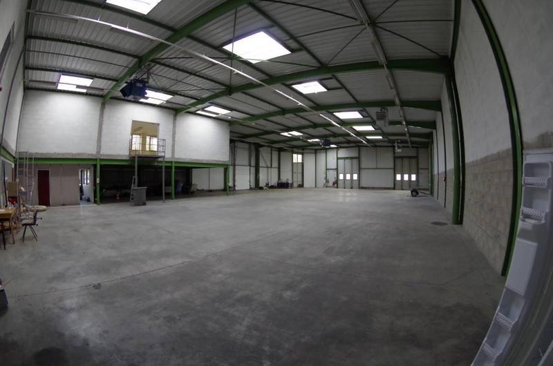 Á louer local d'activités de 970 m² dont 155 m² de bureaux avec quai de déchargement - Photo 1
