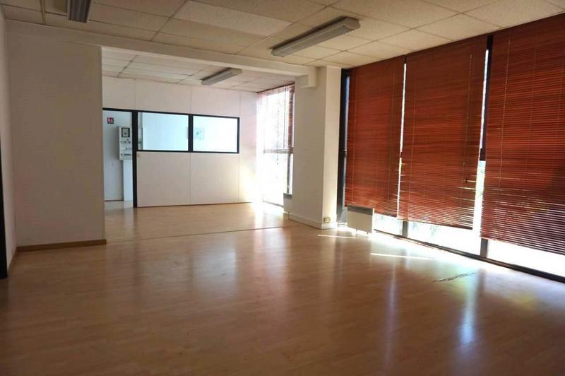 Á louer 145m² de bureaux en RDC - Photo 1