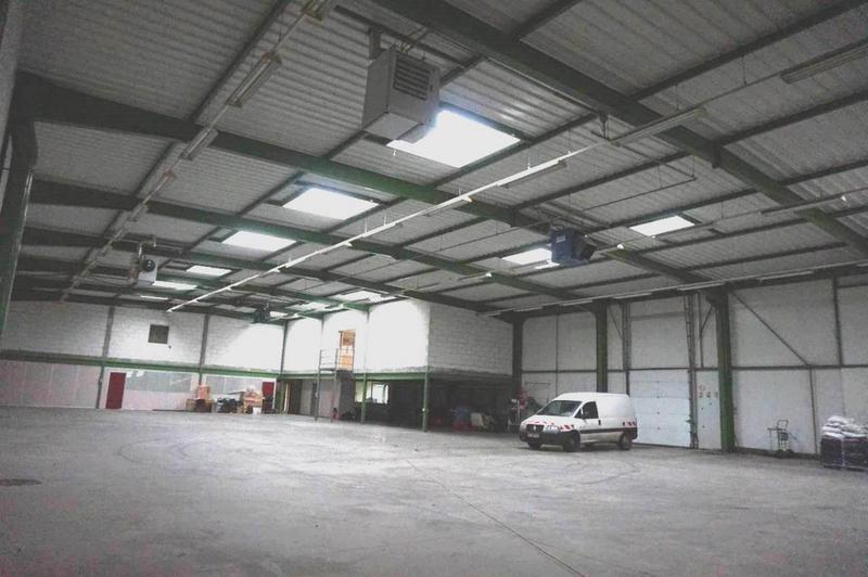 Á louer local d'activités de 1230 m² dont 415 m² de bureaux avec quai de déchargement - Photo 1
