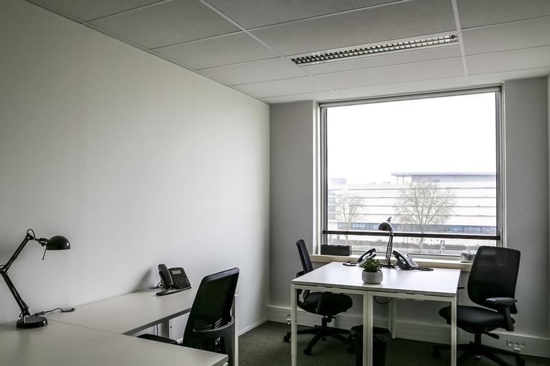 Location bureau montigny le bretonneux 78180 2 postes
