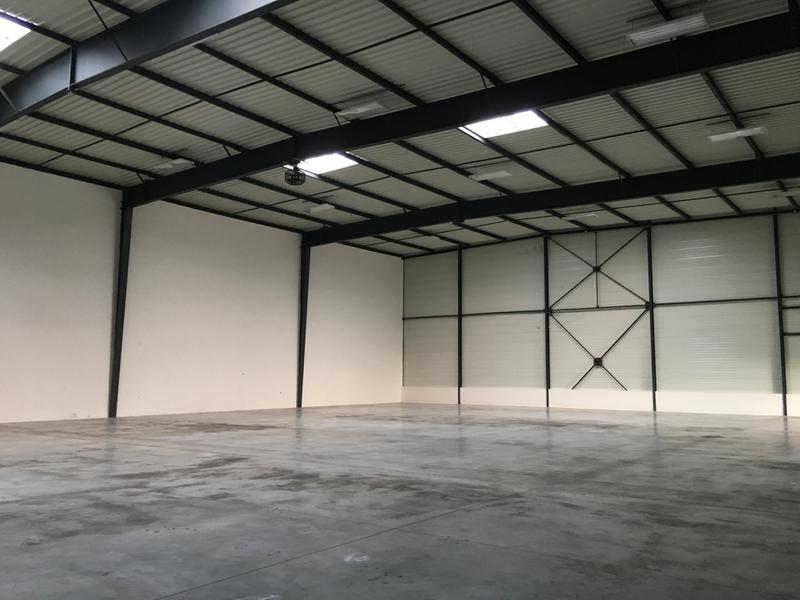 Locaux d'activité de 395m² avec bureaux à louer à Lieusaint avec visibilité commerciale - Photo 1