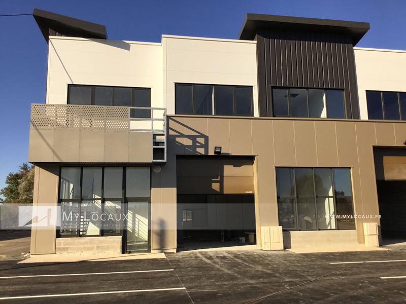 Locaux d'activités de 854m² avec bureaux et accueil à vendre à Saint Pierre du Perray - Photo 1