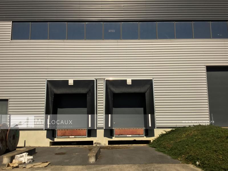 Locaux d'activité  avec quais de 1260m² avec visibilité A5 à louer à Lieusaint - Photo 1