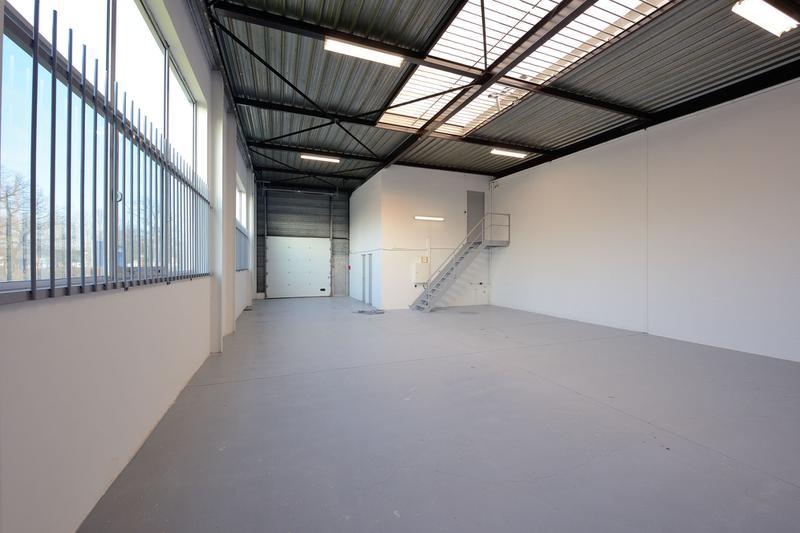 Surfaces d'activités divisibles - hauteur sous plafond 6 m - proximité N184 - Photo 1