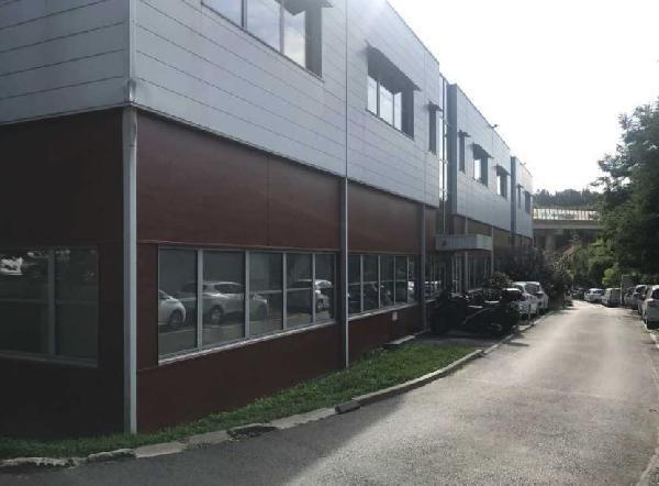 Locaux mixtes 688m² - Photo 1